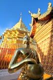 Złota Buddha statua, pagoda przeciw jasnemu niebieskiemu niebu i Obrazy Stock