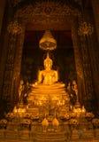 Złota Buddha statua w sanktuarium Bangkok, Tajlandia Zdjęcie Stock