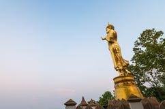 Złota Buddha statua w Wacie Phra Który Khao Noi, Nan prowincja, Fotografia Stock