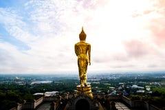 Złota Buddha statuy pozycja na górze przy Watem Phra Który Khao Noi, Nan prowincja, Tajlandia Zdjęcie Royalty Free