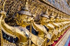 Złota garuda wzoru pozycja przy wata pha kaew Zdjęcie Royalty Free