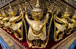 Złota garuda wzoru pozycja przy wata pha kaew Zdjęcia Royalty Free