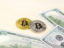 Złota i srebna bitcoin moneta na my dolary zamyka up Zdjęcie Royalty Free
