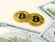 Złota i srebna bitcoin moneta na my dolary zamyka up Zdjęcia Stock