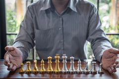 Z?ota i srebra szachy z graczem, Inteligentny biznesmen bawi? si? szachowej gry rywalizacj? planistyczny biznes strategiczny obrazy royalty free