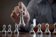 Z?ota i srebra szachy z graczem, Inteligentny biznesmen bawi? si? szachowej gry rywalizacj? planistyczny biznes strategiczny zdjęcie royalty free