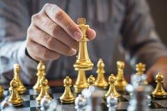 Z?ota i srebra szachy z graczem, Inteligentny biznesmen bawi? si? szachowej gry rywalizacj? planistyczny biznes strategiczny obraz stock