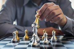 Z?ota i srebra szachy z graczem, Inteligentny biznesmen bawi? si? szachowej gry rywalizacj? planistyczny biznes strategiczny zdjęcia stock
