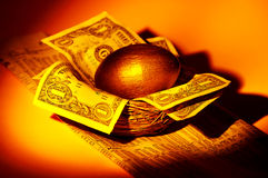 złota jajeczny gniazdo Zdjęcia Royalty Free