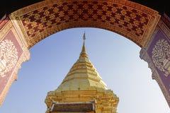 Złota pagoda od drzwiowej sceny Obrazy Stock