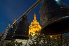 Złota pagoda przy Watem Phra Borommathat Zdjęcia Stock