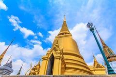 Złota pagoda przy Watem Phra Kaew w krajobrazowym widoku Fotografia Stock