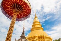 Złota pagoda przy Watem Phra Który Hariphunchai Zdjęcia Stock