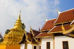 Złota pagoda przy Watem Phra Ten Sri Chom pasek zdjęcia stock