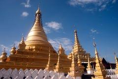 Złota pagoda w Sanda Muni Paya w Myanmar Obrazy Stock