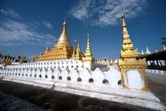 Złota pagoda w Sanda Muni Paya w Myanmar Fotografia Stock