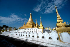 Złota pagoda w Sanda Muni Paya w Myanmar Obraz Stock