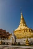 Złota pagoda z niebieskim niebem, Wat Phra Który Chae zrozumienie Obrazy Royalty Free
