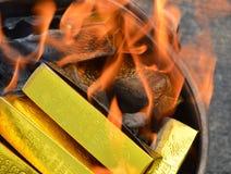 Złota papierowy palenie Zdjęcia Stock
