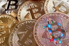 Złote Bitcoin monety z stubarwnymi odbiciami Obrazy Royalty Free