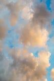 Złote mroczne dramatyczne chmury Fotografia Stock