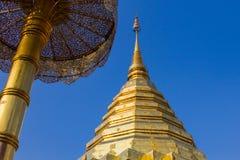 Złote pagodowe Tajlandzkie, Tajlandzkie sztuki. obraz stock