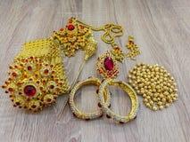 Złoto, kolia, piękno produkt, pudełko - zbiornik, Kierowy kształt zdjęcia royalty free
