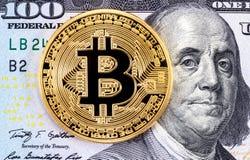 Złoty bitcoin lying on the beach na banknocie sto amerykan dol Obrazy Royalty Free