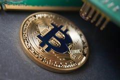 Złoty bitcoin lying on the beach na kamiennej powierzchni Obraz Stock