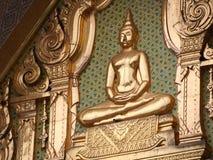 Złoty Buddha na dwuokapowej kaplicie Zdjęcia Stock