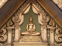 Złoty Buddha na dwuokapowej kaplicie Fotografia Royalty Free