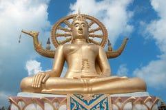 Złoty Buddha na niebieskim niebie Zdjęcia Royalty Free