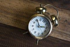 Złoty czasu zegar złoty budzik Obrazy Royalty Free