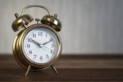 Złoty czasu zegar złoty budzik Zdjęcia Royalty Free
