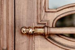 Złoty drewniany drzwi na drewnianym i szklanym drzwi zdjęcie royalty free