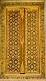 Złoty drzwi w tajlandzkim stylu Zdjęcia Royalty Free