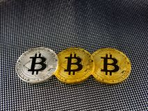Złoty i srebny bitcoin na abstrakcjonistycznym tle Bitcoin cryptocurrency Obraz Royalty Free