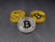 Złoty i srebny bitcoin na abstrakcjonistycznym tle Bitcoin cryptocurrency Obrazy Royalty Free
