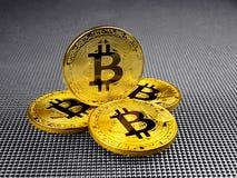 Złoty i srebny bitcoin na abstrakcjonistycznym tle Bitcoin cryptocurrency Obrazy Stock