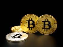 Złoty i srebny bitcoin na czarnym tle Bitcoin cryptocurrency Obrazy Royalty Free