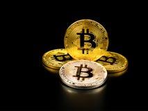 Złoty i srebny bitcoin na czarnym tle Bitcoin cryptocurrency Obraz Royalty Free