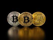 Złoty i srebny bitcoin na czarnym tle Bitcoin cryptocurrency Obraz Stock