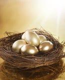złoty jajka gniazdeczko Zdjęcie Royalty Free