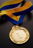 Złoty medal na ciemnym tle Fotografia Stock