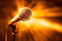 Złoty mikrofon na scenie Obraz Stock