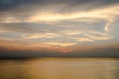 Złoty niebo nad morzem obrazy royalty free