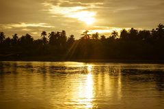 Złoty niebo nad Tha podbródka riverMaenam Tha podbródek, Nakhon Pathom, Tajlandia podczas zmierzchu zdjęcie stock