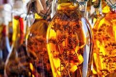 Złoty oliwa z oliwek z ziele w butelkach w Grecja Obrazy Stock