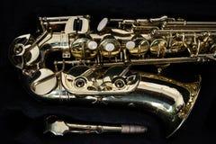 Złoty saksofon w swój skrzynce Obrazy Royalty Free