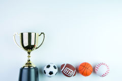 Złoty trofeum, futbol zabawka, baseball zabawka, koszykówki zabawka i Ru, Zdjęcie Stock